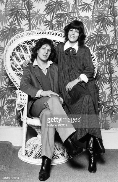 Gérard Lenorman et sa femme Caroline dans leur maison en Normandie le 1er mars 1979, France.