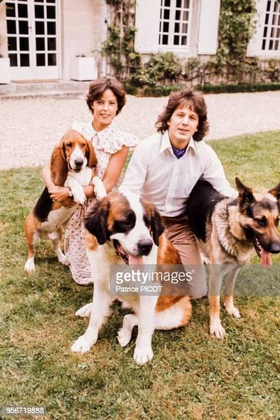 Gérard Lenorman et sa femme Caroline dans leur maison en Normandie dans les années 80. Circa 1980. France.