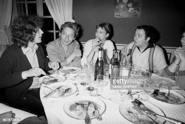 Gérard Lenorman Serge Gainsbourg Jane Birkin et Coluche à l'anniversaire de Johnny Hallyday à Thoiry France le 16 juin 1976