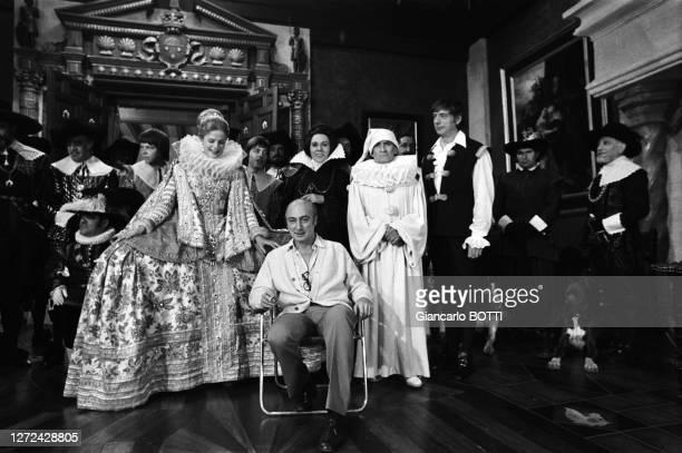 """Gérard Oury, Yves Montand, Louis de Funès, Alice Sapritch, Karin Schubert, Roberto et les comédiens du film """"La Folie des grandeurs"""", en 1971."""