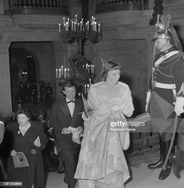 Gérard Philipe et sa femme Anne, arrivant à la première mondiale de 'Sainte Jeanne', film d'Otto Preminger à l'Opéra, à Paris, France le 13 mai 1957.