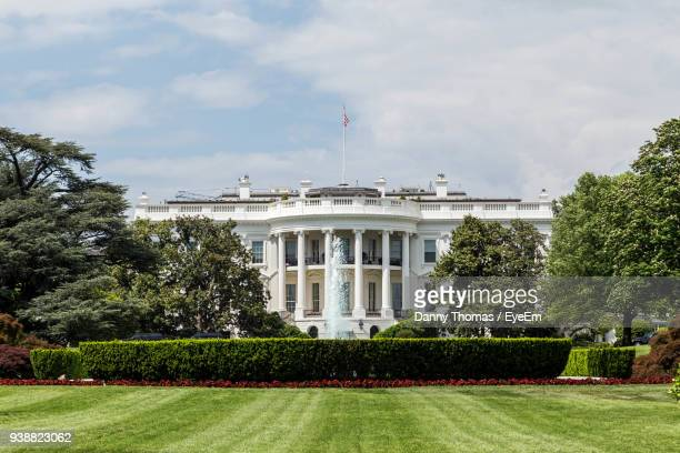 grassy field with white house in background - la maison blanche photos et images de collection