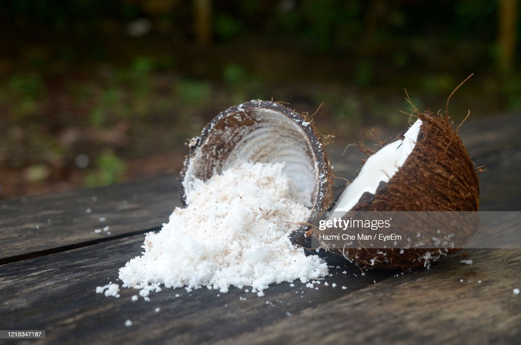 Grated Coconut In Wooden Table : Stockfoto