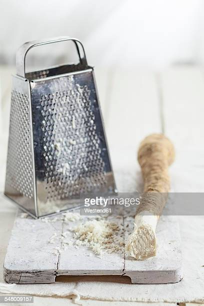grated horseraddish and grater on kitchen board - 西洋わさび ストックフォトと画像