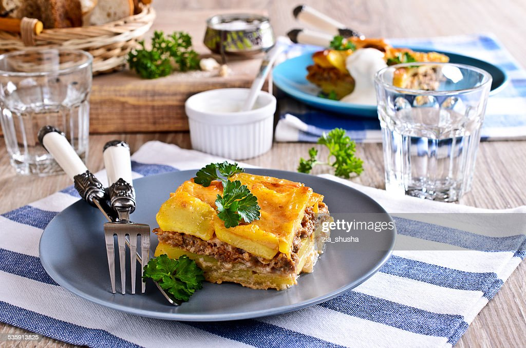 Graten batatas e carne picada : Foto de stock