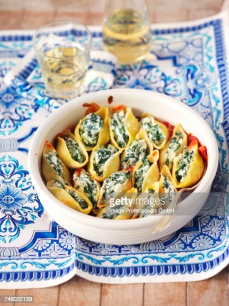 gratinated conchiglie with spinach and feta in tomato sauce - rua stock-fotos und bilder