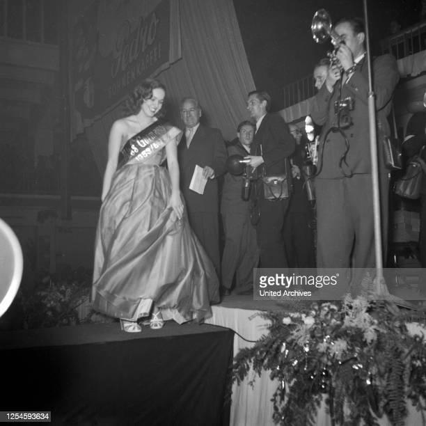 Gratulation an Heidi Krüger zur Wahl zur Miss Germany 1953 / 54 in der Ernst-Maerck-Halle in Hamburg, 1953.
