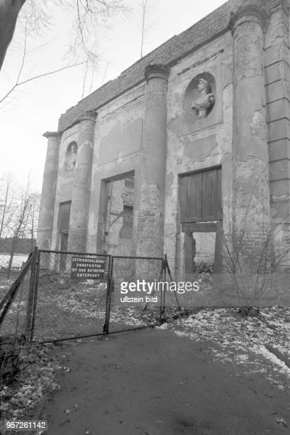 """Grau und verfallen liegen historische Gebäude, hier das Theater, hinter einem Gittertor mit einem Schild """"Betriebsgelände Unbefugten ist das Betreten..."""