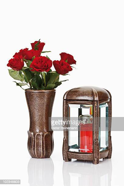 grave lantern, grave candle and bunch of red roses in flower vase - grab stock-fotos und bilder