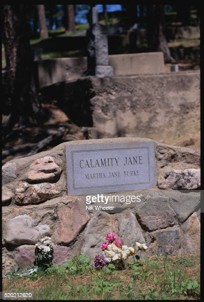 grave marker of calamity jane - calamity jane stock pictures, royalty-free photos & images