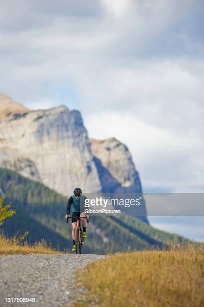 gravel road fietstocht - wielrennen stockfoto's en -beelden