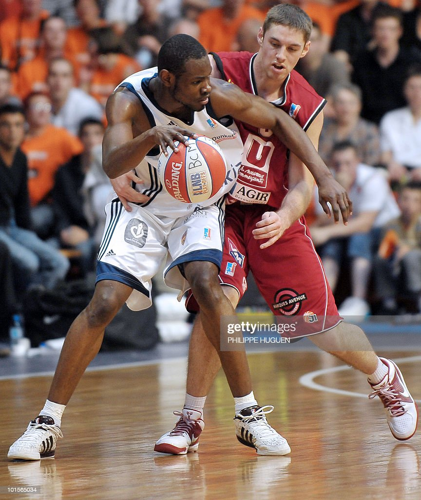 Gravelines' French shooting guard Yannnick Bokolo (L) vies with Cholet's French defender Fabien Causeur during the second leg of the French ProA basket-ball semi-final Gravelines vs. Cholet on June 2, 2010 at the Sportica sports center in the French northern city of Gravelines.