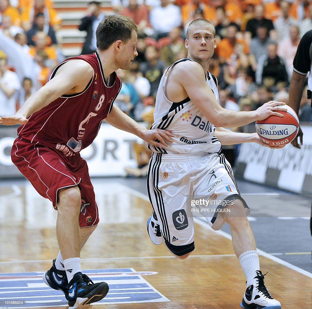 Gravelines' US point guard Ben Woodside (R) vies with Cholet's Lithuanian forward Arvydas Eitutavicius during the second leg of the French ProA basket-ball semi-final Gravelines vs. Cholet on June 2, 2010 at the Sportica sports center in the French northern city of Gravelines.