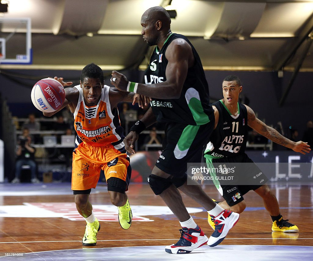 BCM Gravelines-Dunkerque player Dwight Buycks (L), vies with ASVEL Lyon-Villeurbanne player, Uche Nsonwu-Amadi (R), during the leaders cup LNB 2013 tournament basketball quarter final match on February, 15, 2013 held at Disneyland Paris at Marne-la-Vallee near Paris.