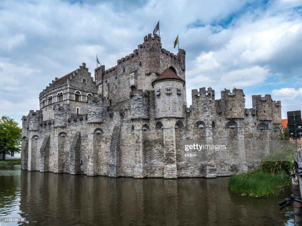 ゲントベルギーの Gravensteen 保存城と武器庫博物館 : ストックフォト