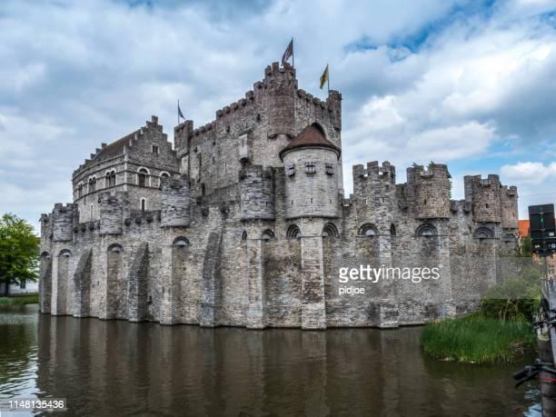 ゲントベルギーの gravensteen 保存城と武器庫博物館 - ベルギー ゲント ストックフォトと画像