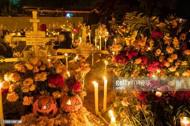 Tombes dans le cimetière de San Agustin Etla sur le Día de los Muertos