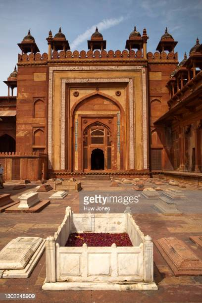 graves inside the jama masjid mosque courtyard, agra, india - agra jama masjid mosque stockfoto's en -beelden