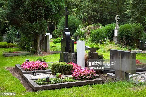 graves auf melaten friedhof in köln - grab stock-fotos und bilder