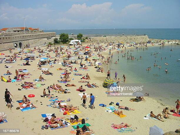 プラージュ de la gravette 、フランスで多忙なビーチ - アンティーブ ストックフォトと画像