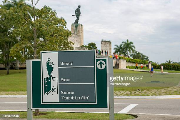 graveyard moseleum of che guevara at santa clara cuba - キューバ サンタクララ ストックフォトと画像