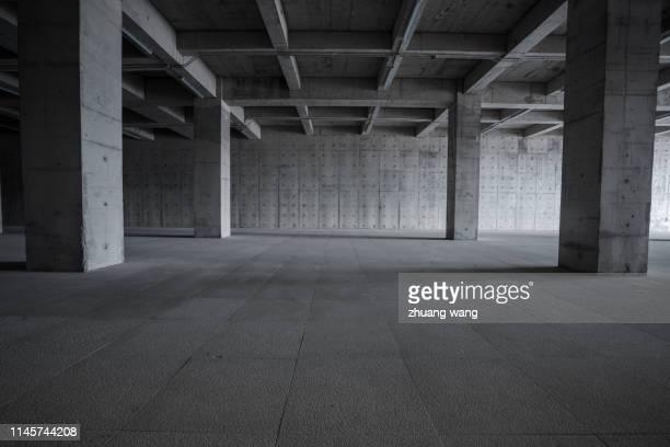 gray-white structure - 人気のない道路 ストックフォトと画像
