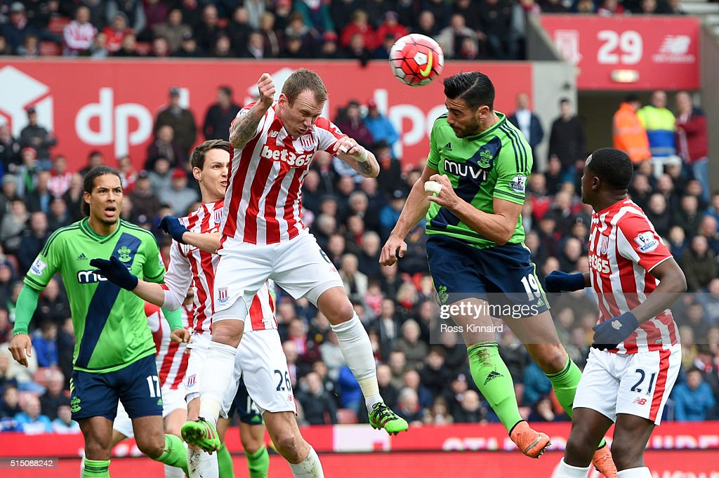Graziano Pelle of Southampton heads the ball to score his team's first goal during the Barclays Premier League match between Stoke City and Southampton at Britannia Stadium on March 12, 2016 in Stoke on Trent, England.
