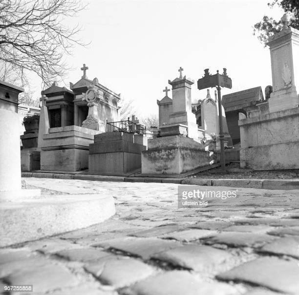 Gräber und Monumente auf dem größten Pariser Friedhof Pere Lachaise aufgenommen im November 1970 in Paris Auf dem Pere Lachaise sind viele bekannte...