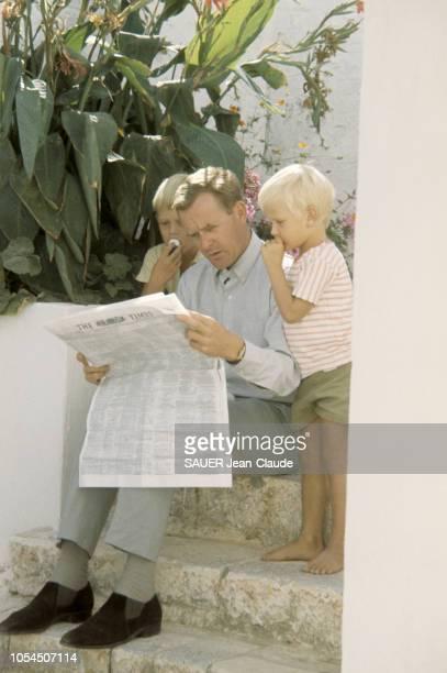 Grèce octobre 1964 Le romancier britannique John LE CARRE en famille sur l'île de Spetsai Nouvel auteur à succès son livre 'L'espion qui venait du...