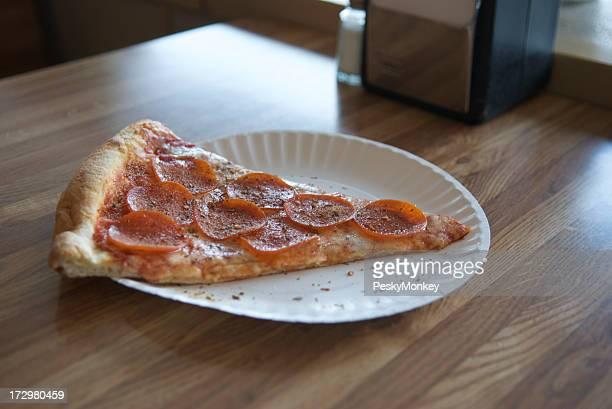 Braunflecken-Pizza Slice auf Tisch