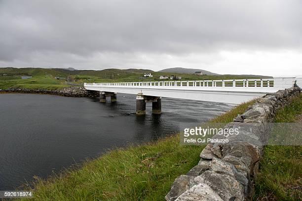 great bernera bridge in outer hebrides of scotland - weite landschaft stock-fotos und bilder