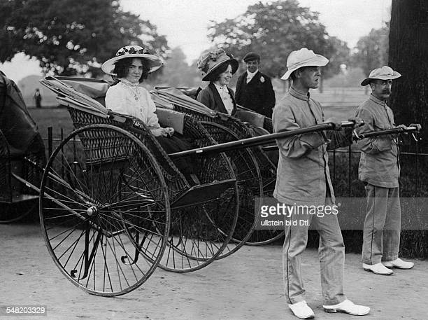 Great Britain England Bristol: women in rickshaws - - Photographer: Philipp Kester - Vintage property of ullstein bild