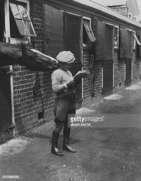 Great Britain England Horse race A stable boy and a horse at the Epsom Derby 1931 Photographer James E Abbe Vintage property of ullstein bild