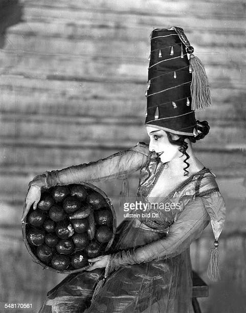 Great Britain England London Anna Pavlova *12021881 Ballet dancer Russia on stage in London 1924 Photographer James E Abbe Vintage property of...