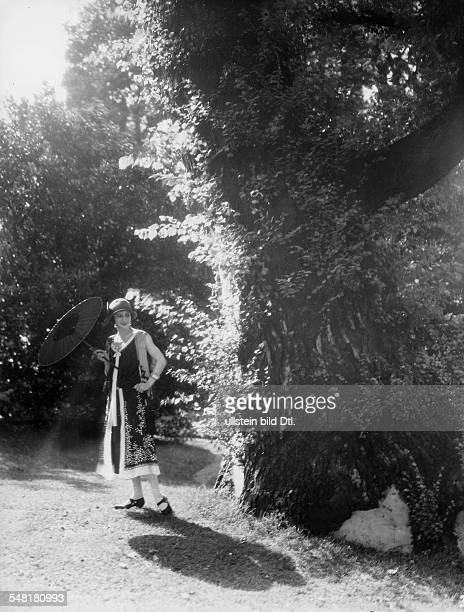 Great Britain England London Anna Pavlova *12021881 Ballet dancer Russia in the garden of her house in Hampstead / London 1924 Photographer James E...
