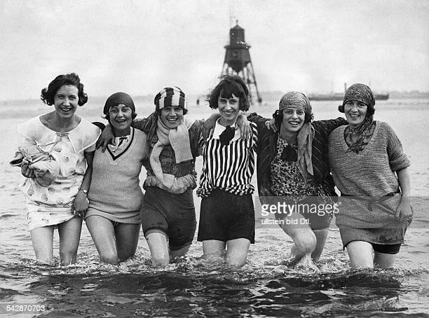 Great Britain England London Beach pictures Five young ladies stand fully clothed in the sea 1926 Published by 'Das Blatt der Hausfrau' 21/1926...