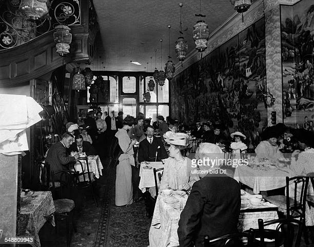 Great Britain England London guests in a japanese tea room Photographer Reinhold Thiele Vintage property of ullstein bild