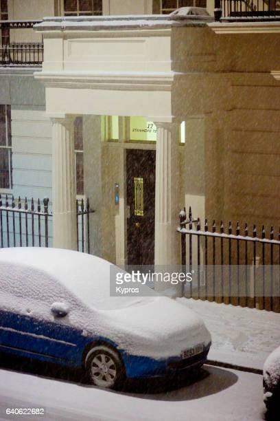 uk, great britain, england, london, paddington, view of snow covered street with parked car - parkplatz stock-fotos und bilder