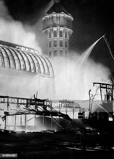 Great Britain England London The Crystal Palace on fire 1936 Photographer PresseIllustrationen Heinrich Hoffmann Published by 'Die Gruene Post'...