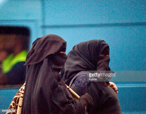 uk, great britain, england, london, view of muslim women wearing burqa - burka fotografías e imágenes de stock