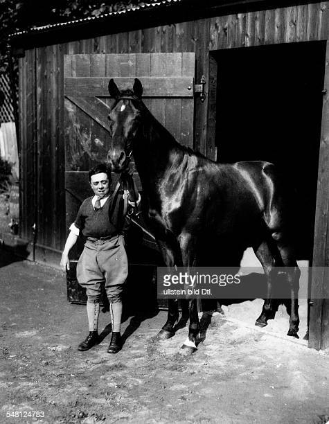 Great Britain England Scenes from Epsom and the Epsom Derby Derby horse with jockey 1931 Photographer James E Abbe Vintage property of ullstein bild