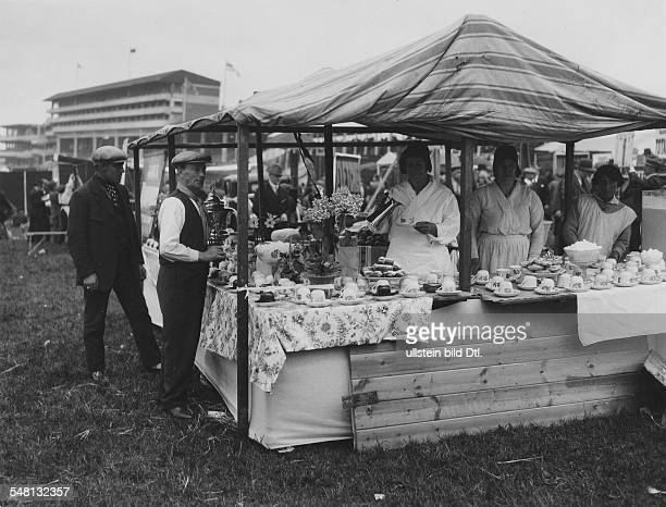 Great Britain England Scenes from Epsom and the Epsom Derby Selling tea during a horse race 1931 Photographer James E Abbe Vintage property of...