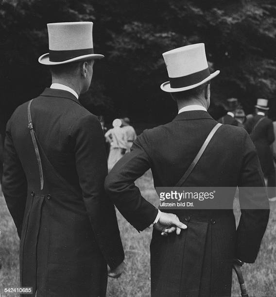 Great Britain England Society events Two dressed up visitors of the upscale Epsom Derby 1931 Photographer James E Abbe Vintage property of ullstein...