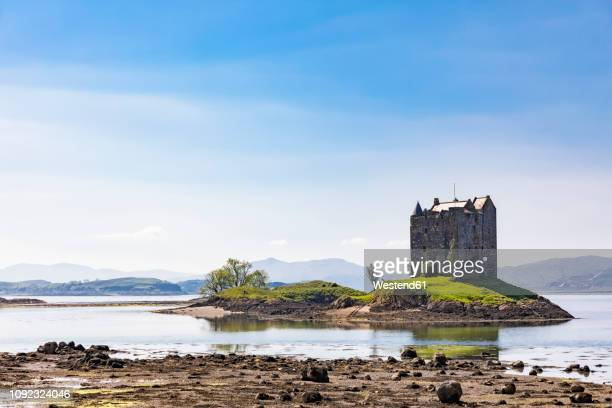 great britain, scotland, scottish highlands, glencoe, castle stalker, loch laich - islas de gran bretaña fotografías e imágenes de stock
