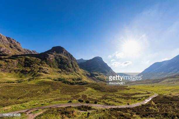 great britain, scotland, scottish highlands, glencoe, glen coe, the pass of glen coe, mountain massif bidean nam bian - 谷 ストックフォトと画像
