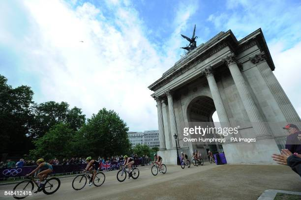 Great Britain's Helen Jekins and Lucy Hall ride through Wellington Arch in the Women's Triathlon race around London