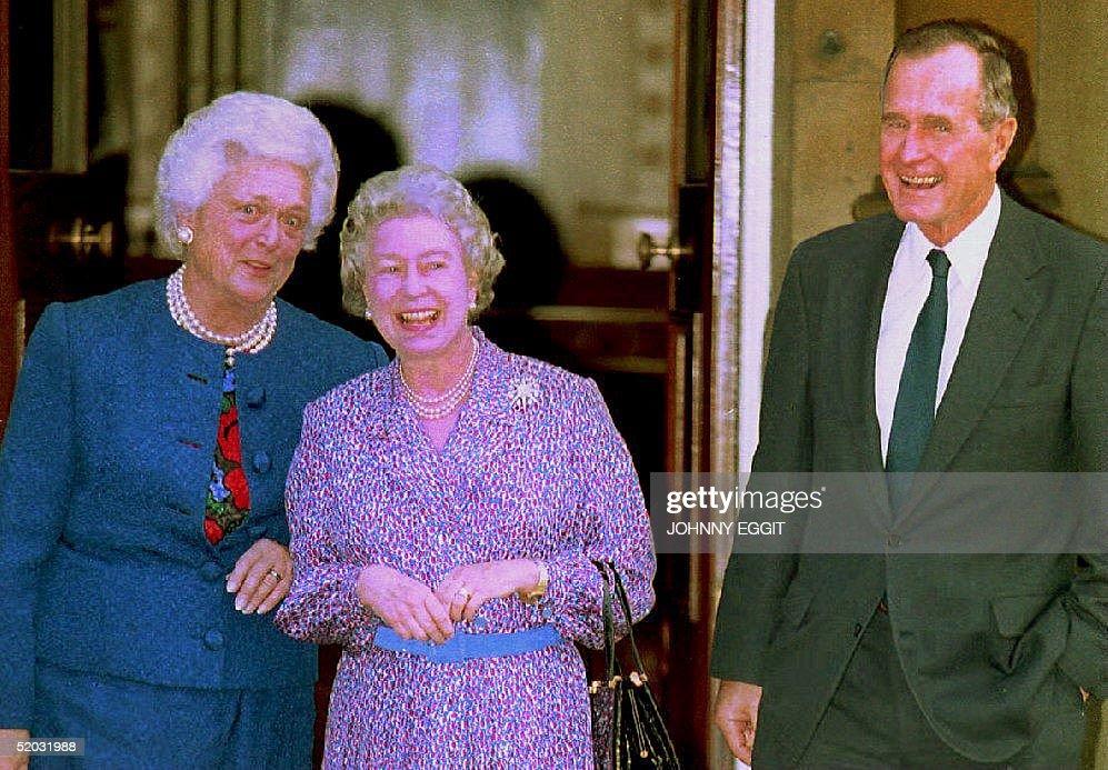 Great Britain's Queen Elizabeth II shares a joke w : News Photo