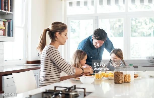 grandes dias começarcom com a família e a comida - cozinha doméstica - fotografias e filmes do acervo