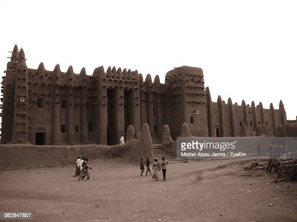 great mosque of djenne against clear sky - djenne grand mosque stock pictures, royalty-free photos & images