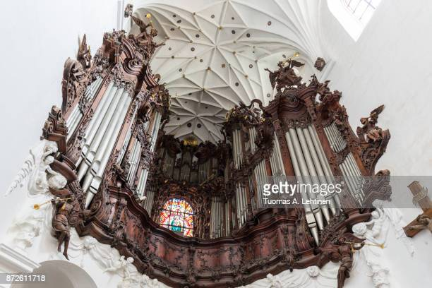 great oliwa organ at the oliwa archcathedral in gdansk, poland, viewed from below. - kathedraal stockfoto's en -beelden